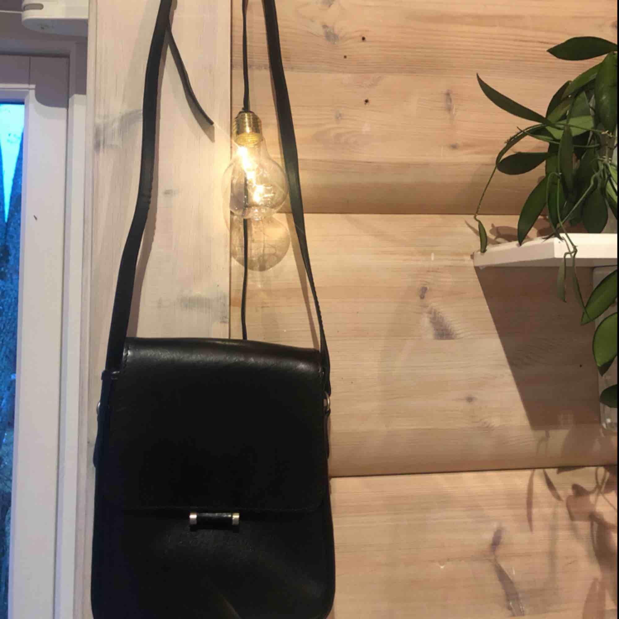 Jättefin liten väska köpt på secondhand men aldrig använts.  Köparen står för frakt :) . Väskor.
