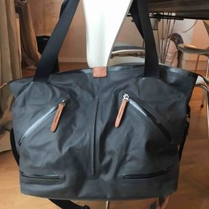 Träningsväska från Nike. Flera fickor och fack. Ett skofack under. Bra begagnat skick:) Köparen står för frakt!