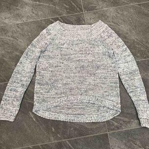 Vit och grå tröja i fint skick. Köparen får betala frakten om man vill få den skickad.