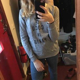Grå tröja i fint skick med text coco in Paris. Tröjan har inte kommit i användning och därför säljer jag den.