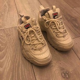 Fila skor, sparsamt använda, beiga.