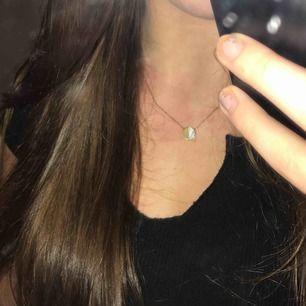 Halsband i guldimitation med marmor/guld hänge, ganska kort men går att reglera såklart. Nästan aldrig använt och inga täcken på det heller. Kan mötas i Flen/Eskilstuna eller frakta (köparen står för frakten)⭐️