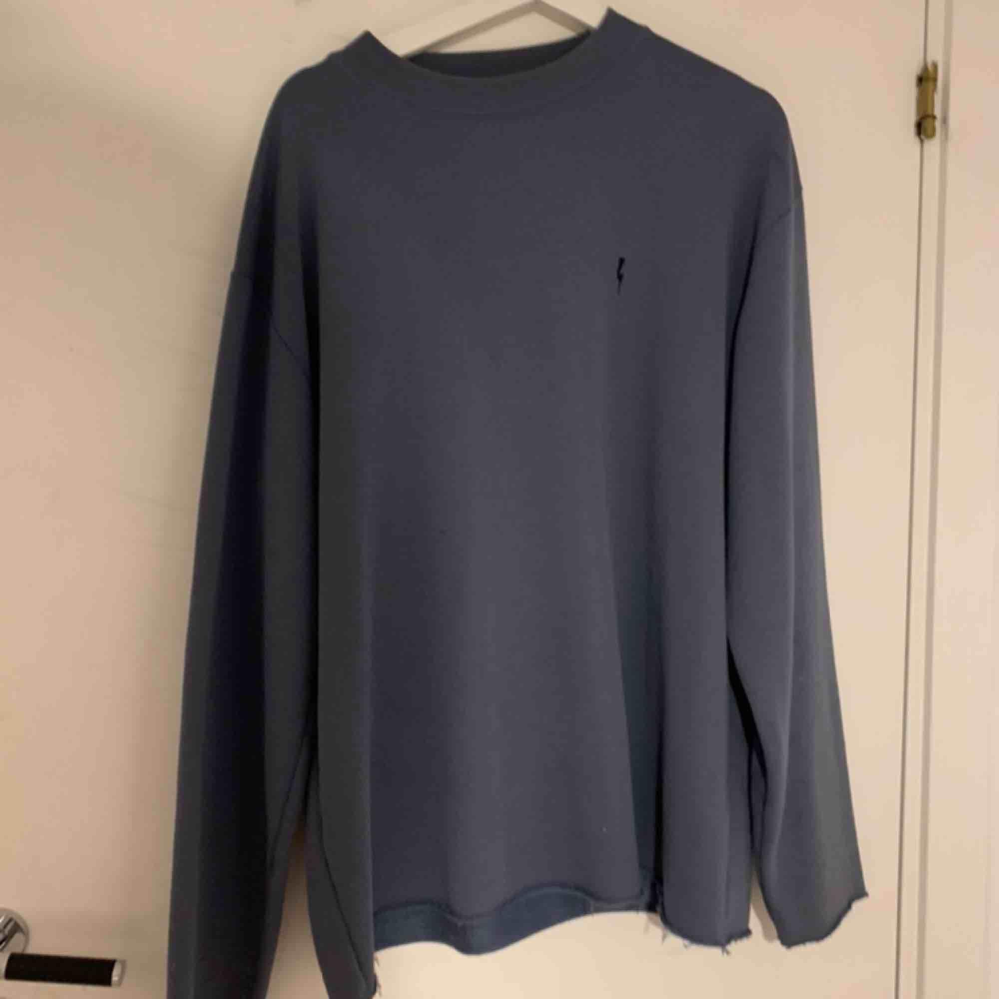 en tröja från Urban outfitters som jag köpte för något år sedan men inte använt. Den har inga fläckar. Frakten står du för själv :). Huvtröjor & Träningströjor.