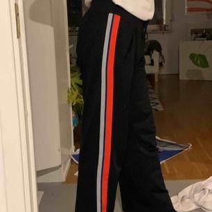 """Ett bara jättesköna  """"utsvängda"""" byxor med ränder på sidan från Nike. Knappt använda. Frakten står du för själv :)"""