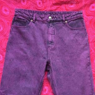 🍇 Lila mom-jeans från Monki i 100% bomull. Helt oanvända. Sitter som en storlek 38 🍇 Frakt är inkluderat i priset! Skriv gärna om du har några frågor! 💕