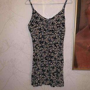 Blommig klänning från Hollister, använd 1 gång. Frakt är inräknat i priset