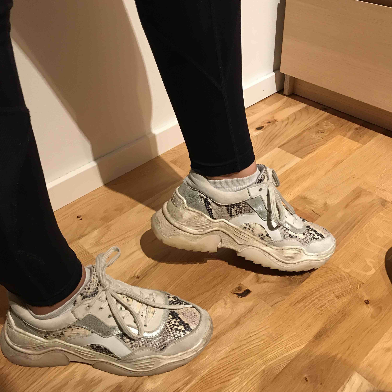 Supersnygga chunky sneakers köpta på feetfirst! 🌟 storlek 39 men passar även 38. Väl använda därav priset, nypris 1 199⚡️  Pris går att diskutera!. Skor.