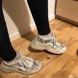 Supersnygga chunky sneakers köpta på feetfirst! 🌟 storlek 39 men passar även 38. Väl använda därav priset, nypris 1 199⚡️