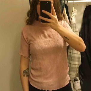 Suupersöt tshirt från Cubus En aning genomskinlig Fint skick!! Kan skickas eller mötas upp i Karlskorna för en billigare peng