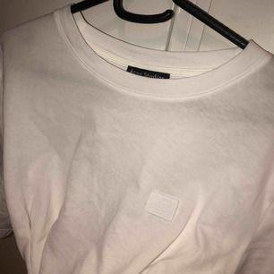 Basic men ändå riktigt härligt t-shirts från Acne!  Sitter nt tajt men inte jättelöst utan som den perfekta vita T-shirten ska sitta! Möts gärna upp i stockholm!