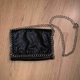 Svart väska, höjd 18cm, längd 26 cm