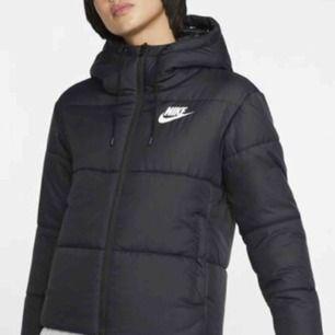 Nike jacka Säljs för 400kr (köparen står för frakt) Köptes för 1199kr Strl XS Använd en vinter men är i mycket bra skick!  Bilden är inte min men om du vill ha bilder på min kan du bara fråga!