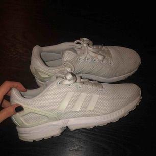 Vita Adidas Flux skor, storlek 38 men känns mer som en 37, försökt tvätta de men allt gick tyvärr inte bort därav priset. Frakt tillkommer