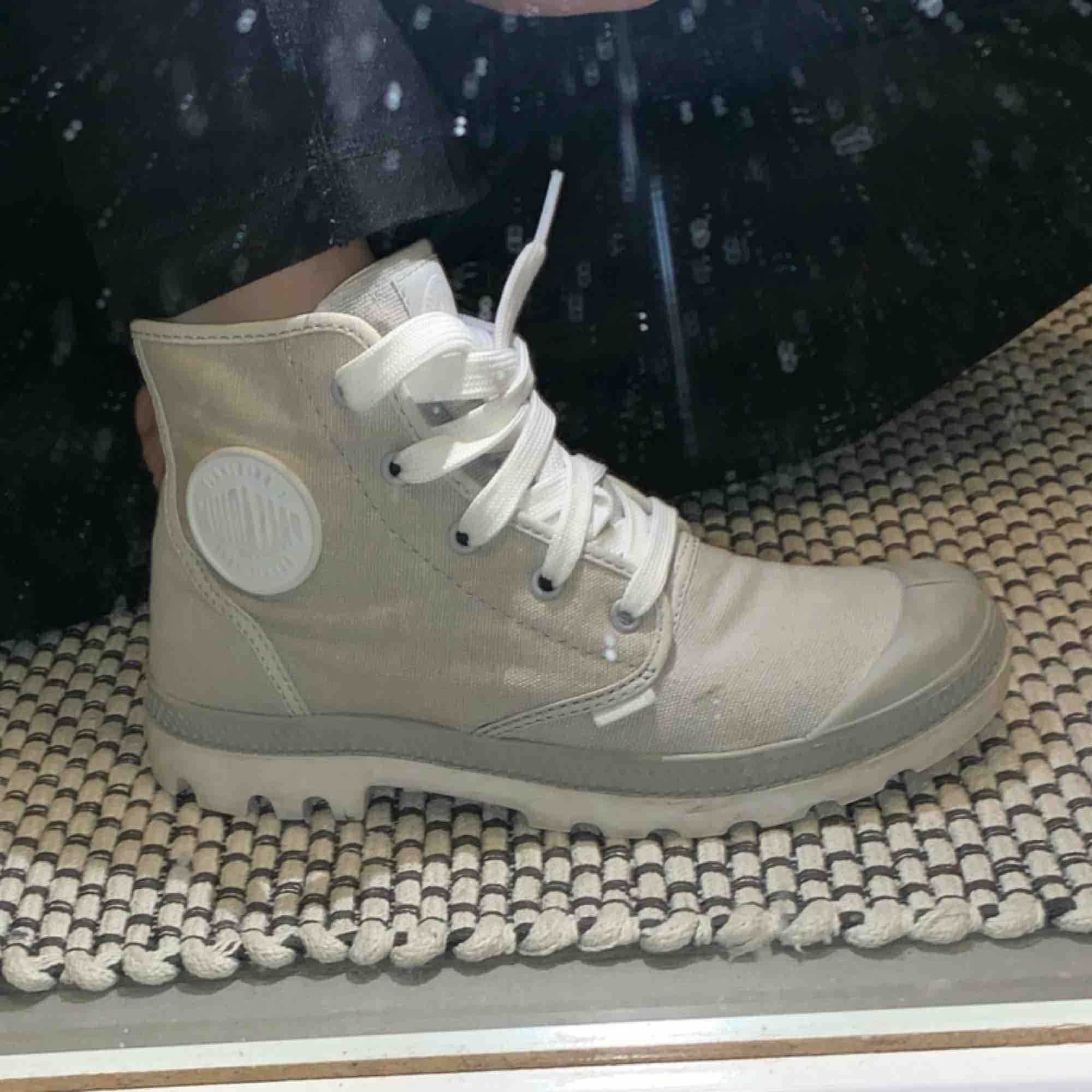 Gråa Palladium skor, använda ett fåtal gånger men är som nya. Storlek 39. Köparen står för frakten. Betalning sker med swish. . Skor.