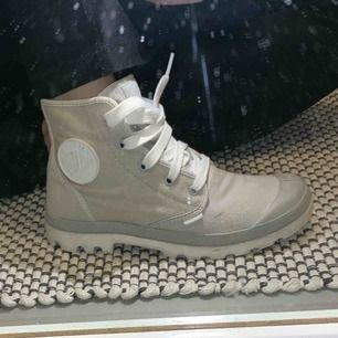 Gråa Palladium skor, använda ett fåtal gånger men är som nya. Storlek 39. Köparen står för frakten. Betalning sker med swish.