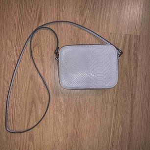 Grå väska 5cm bred, 12cm djup, 16cm lång