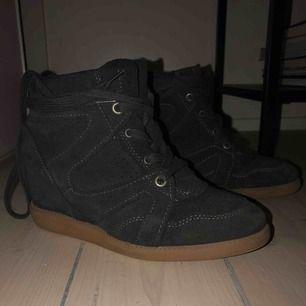Pavement skor i storlek 36. Använda 1 gång, så som nya. Lite inbyggd klack och supersnygga till hösten! Gråa mocka. Frakt ingår! :) NYPRIS: 1200kr