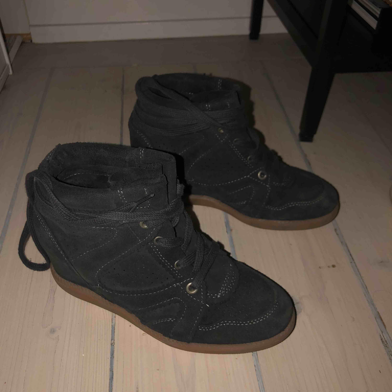 Pavement skor i storlek 36. Använda 1 gång, så som nya. Lite inbyggd klack och supersnygga till hösten! Gråa mocka. Frakt ingår! :) NYPRIS: 1200kr. Skor.