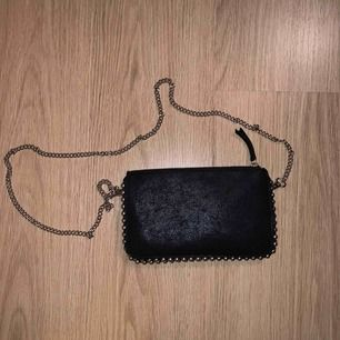 Svart väska med kedja, 3 fack.  längd 21 cm, höjd 13