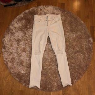 Superfina vita jeans från hm, säljs pga kommer inte tillanvändning