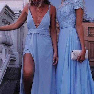 Säljer balklänningen till vänster 💕 köpt här på plick, men säljer vidare då jag har hittat en annan klänning till min bal! Bilderna är lånade av förra säljaren!
