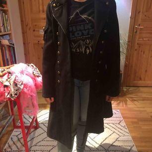 Victorianska kappa från hell bunny, använd ett par gånger och är i fint skick. Ganska liten i storlek.  Längd: 98cm Axelmått: 40cm Kan frakta eller mötas upp i Eskilstuna/Flen/Katrineholm🌟