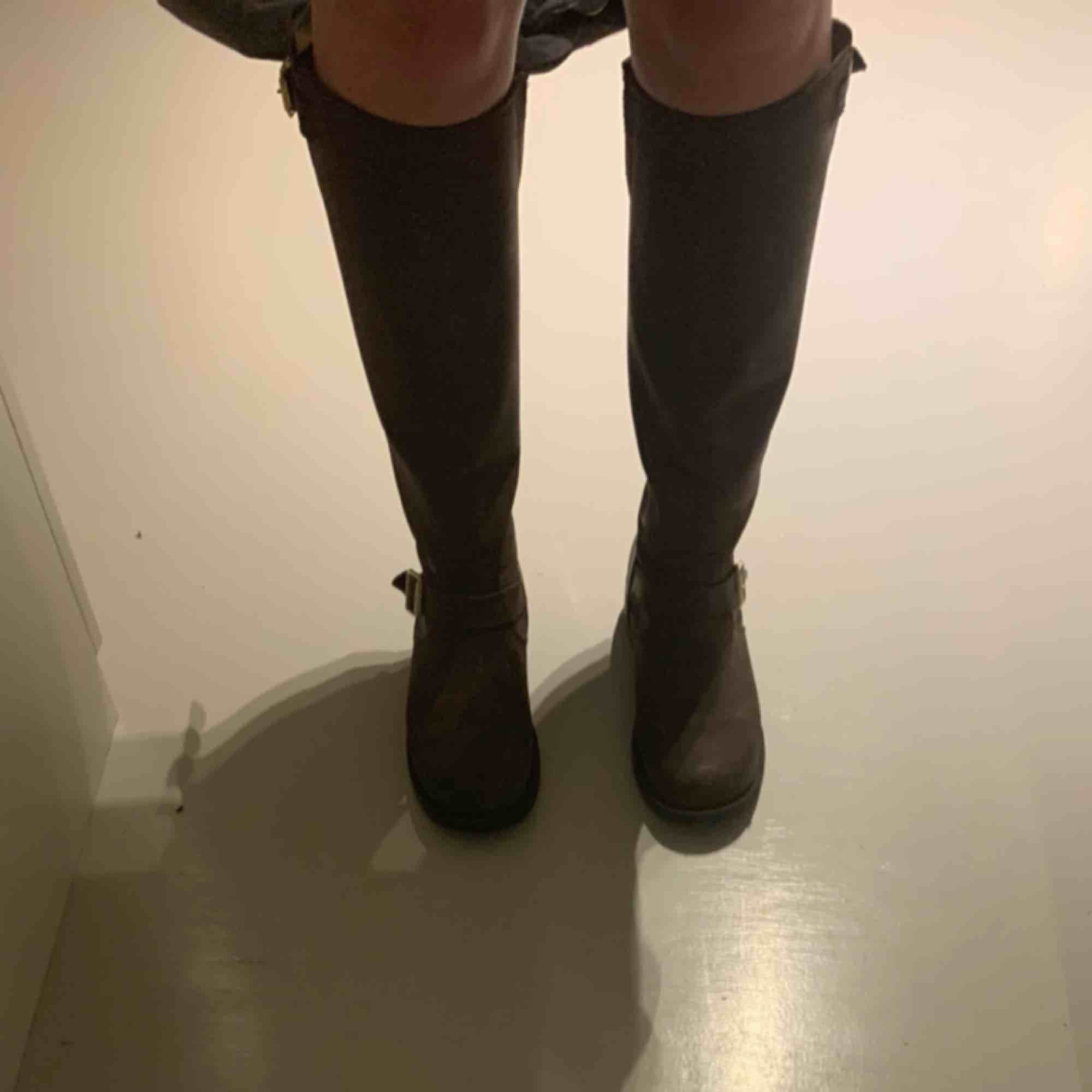 De PERFEKTA bootsen till hösten! De är otroligt sköna och passar till det mesta. Perfekt nu när cowboy boots börjar bli trendigt då de har en sån vibe :) Nypris: 1900 De är i fint skick, men välanvända därav det låga priset . Skor.