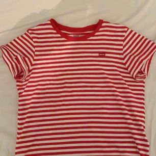 T-shirt från Levi's, köpt på Levi's butiken i vintras. Storlek M men passar en XS-M. Möts upp i stockholm, annars står köparen för frakten! <3