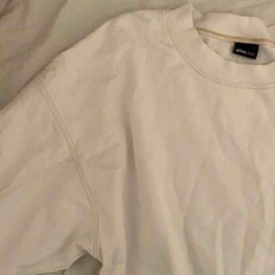 Kortare sweatshirt från ginatricot, vit med beigea linjer. Väldigt fin men kommer tyvärr inte till andvändning! Möts upp i stockholm, annars tillkommer frakt.
