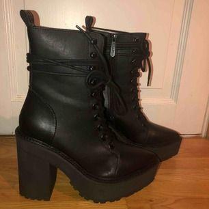 """Helt oanvända kängor från killstar, """"Salem boots"""".  Skickar i original förpackning. Klackhöjd: 12,5 cm Platåsulan: 4,5 cm Kan frakta eller mötas i Eskilstuna, Flen eller Katrineholm🌒"""