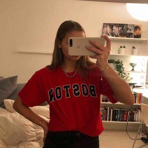 en supercool röd avklippt t-shirt med tryck storlek M men passar mig med storlek S