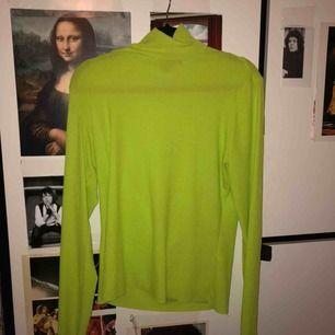 🐥🐍🐛🐝🐠🐸🧤👒  Neongrön ribbad monki polo!!  Tyget är extreemt strechigt! Kan passa mer löst på någon från storlek s - xl och större!! Ju tightare den sitter misstänker jag dock att den kan se lite genomskinlig ut, men vafan! Det är ju också coolt😎😎