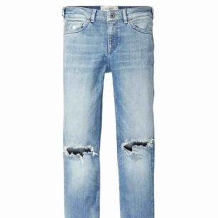 Ett par raka jeans med hål på knäna, har inga bilder med jeansen på för de är försmå för mig som vanligtvis har 36, de är lite för Korta för mig som är 1,69. Som ni ser är de inte uppvikta utan helt raka.
