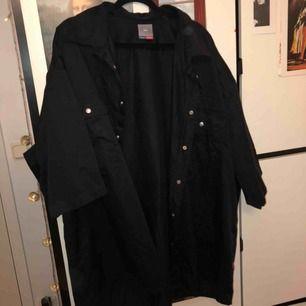 🐧🦅🕷🦟🐜🦇🕶  En svart skjorta i stor storlek! Tyget är tunt och luftigt, jag hade den som en oversized jacka under svettsommarn och det var helt underbart! Skitsnyggt och coolt, stilen påminner mig om Billie Elish typ!