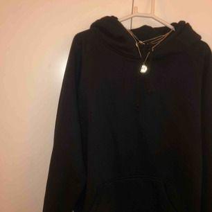 Svart populär omega hoodie från BikBok. Inte använd mycket, endast tvättad 2 gånger. Frakt på 79kr tillkommer💕💯 pris kan diskuteras vid snabb affär!