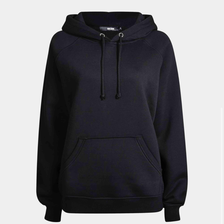 Svart populär omega hoodie från BikBok. Inte använd mycket, endast tvättad 2 gånger. Frakt på 79kr tillkommer💕💯 pris kan diskuteras vid snabb affär!. Huvtröjor & Träningströjor.