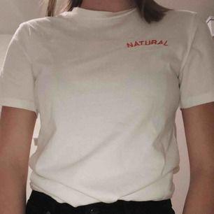 Sjukt fin t-shirt med en drink på ryggen.🥂 Säljer pga att den inte riktigt var min stil, alltså ett MYCKET bra skick.🔥 Dm:à vid frågor. (Köparen står för frakten, 18kr!!)⚡️