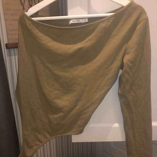 Grön OFF shoulder body från NAKD