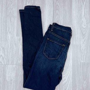 Högmidjade mörkblå jeans från FashionNova storlek w26. Använt men bra skick förutom några små defekter.  Möts upp i Stockholm eller fraktar. Frakt kostar 63kr extra, postar med videobevis/bildbevis. Jag garanterar en snabb pålitlig affär!✨