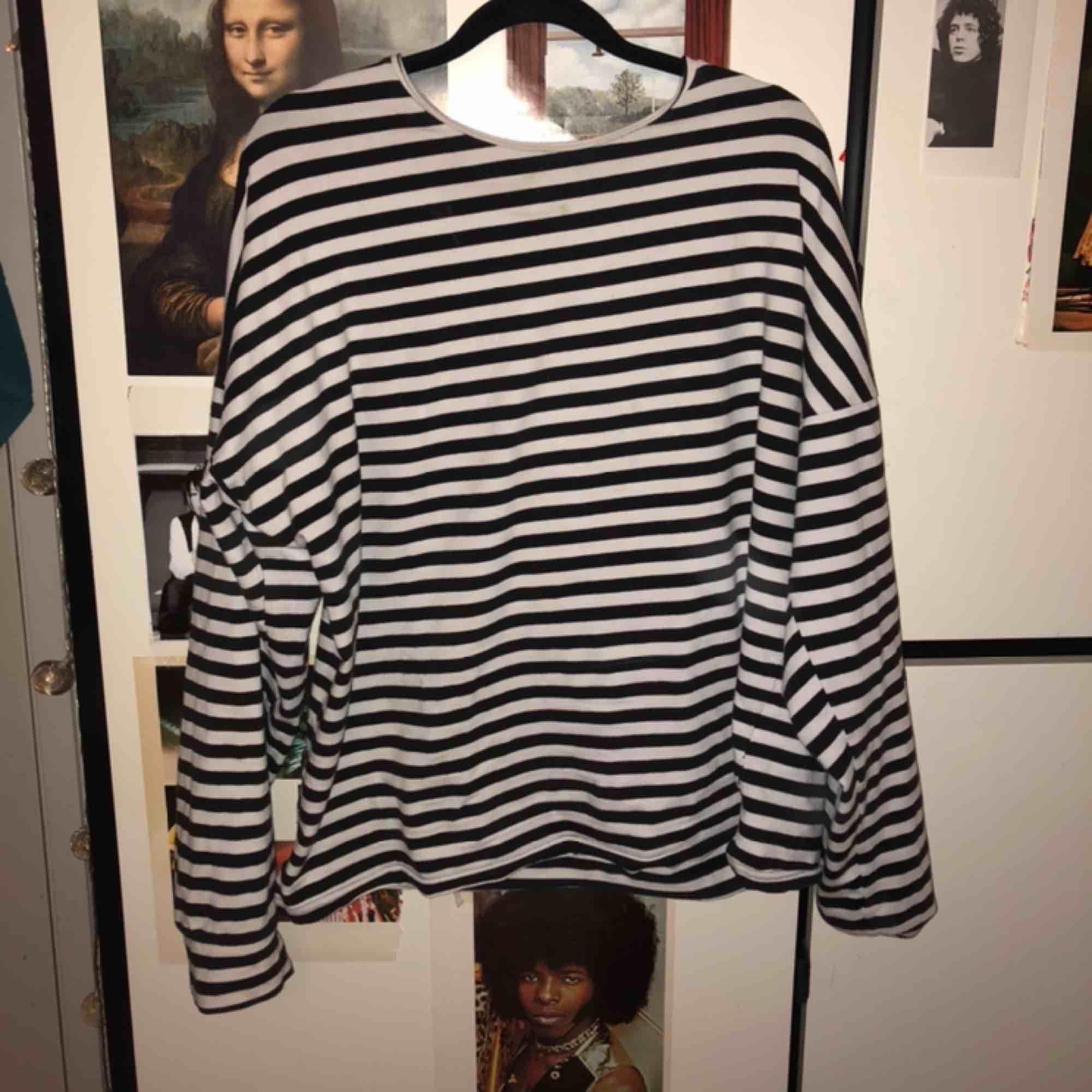 🐭🦅🐭🦅🐭🦅🐭🦅 Randig långärmad t-shirt! Asmysigt material. Asmysig e-boy vibe. Supertrendigt!! Märket är något mysitiskt polskt indieföretag. Mycket coolare än H&M alltså!! . Tröjor & Koftor.