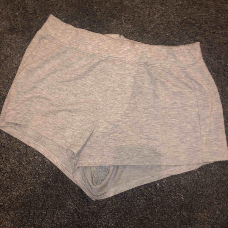 Mjuka grå shorts med detalj på rumpa. Shorts.