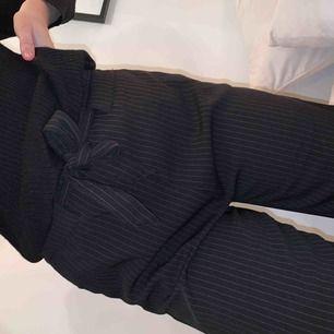 Randiga raka byxor men en härlig passform! Långa i benen 😻 finns fickor samt ett justerbart band i midjan! 😋