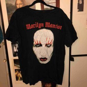 🌑🐚🐬 Tre st funky t-shirts! Jag tänkte att någon kanske skulle vilja köpa alla tre för ett billigt pris? Dom är alla skitsnygga tycker jag, men det känns slösigt på klimatet å skicka dom alla tre separat:(
