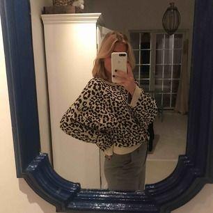 Oversized leopard mönstrad tröja, från Gina tricot concept store på Götgatan, köpt för 399kr använd ca 3 gånger. Har oftast S men även att denna är L så sitter den snyggt. Materialet är ganska tjockt och känns som en lyxigare tröja.