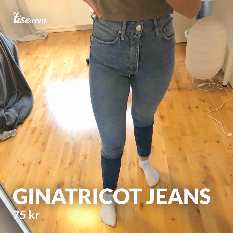 Blå och mörkblå jeans från ginatricot, endast använda ett fåtal gånger i storleken 34. Jeans & Byxor.