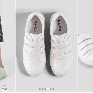 Velcro Sneakers White. I jättebra skick då de bara använts 1-2 gånger. Säljer då de inte kommer till använda pga en strl för liten för mig. Riktigt snygga & är det lilla extra till outfiten. Köparen står för frakt.