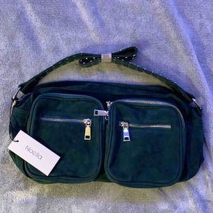 En helt ny mörk grön noella väska!👍🏼 inte används någon gång! Kan mötas upp i Stockholm/söder och jag kan frakta men då står köpare för frakt💕