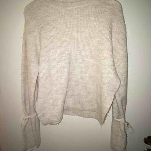 Jag säljer en stickad tröja från chiquelle, Nypris: 349 :- Bud från: 60 :- Storlek: one size Kommer från ett djur och rökfritt hem. Kontakta mig om du är intresserad.
