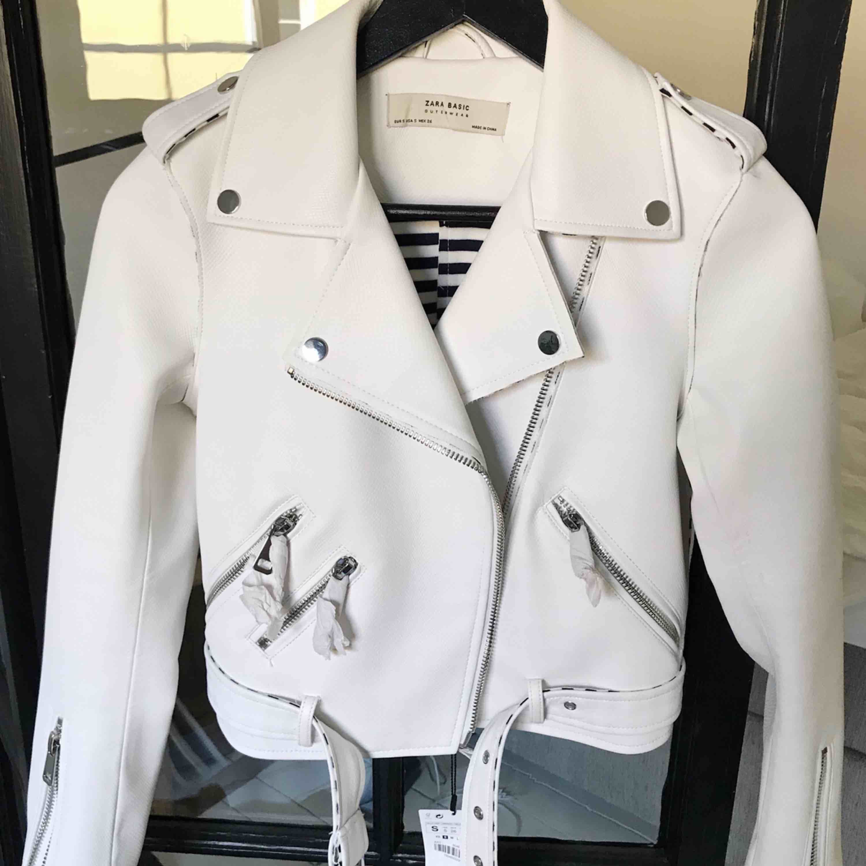 Oanvänd skinnjacka från Zara med alla lappar kvar. Den är i så kallad biker modell och har superfin passform. Kan antingen mötas i Göteborg eller skicka mot att köparen står för frakten.. Jackor.
