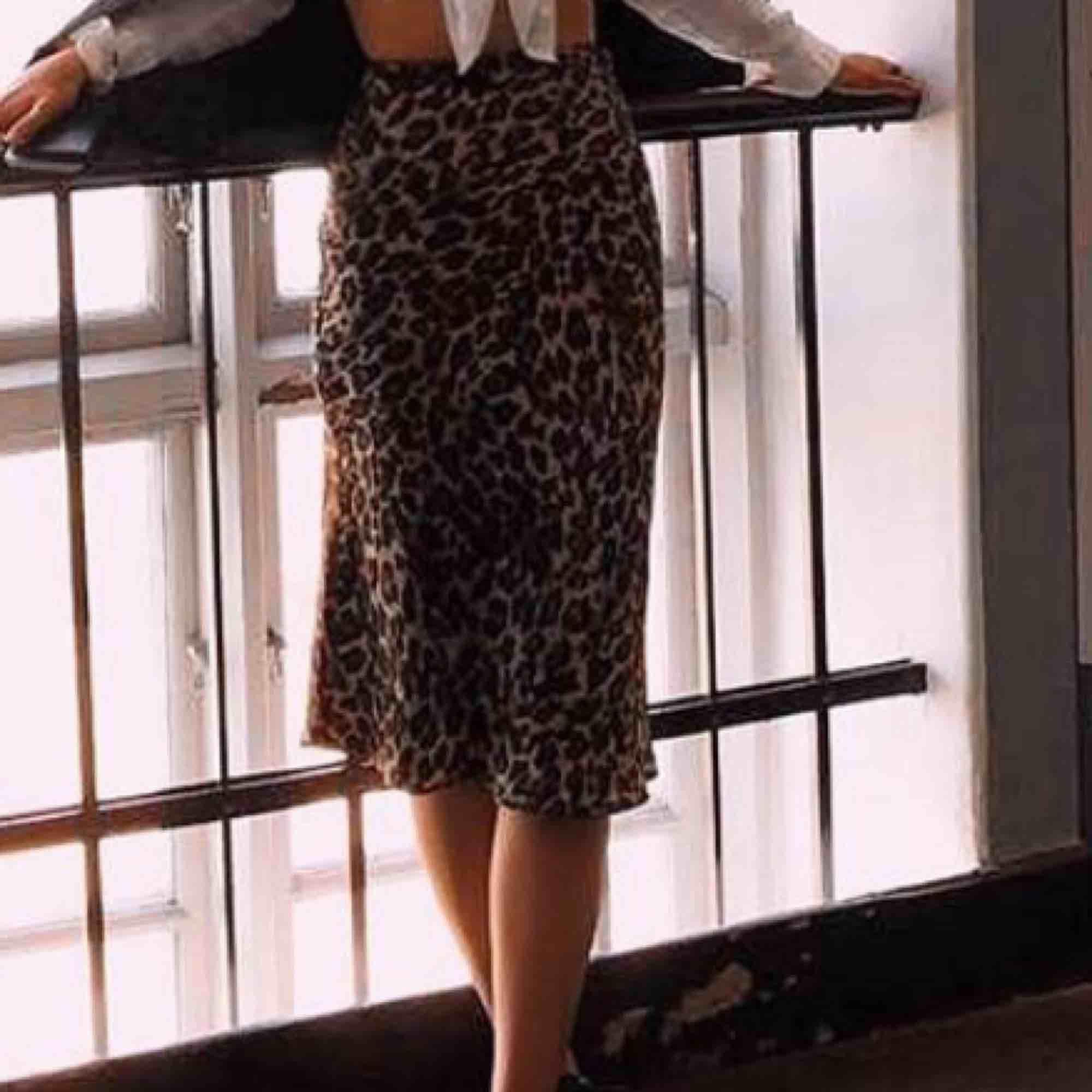 Jag säljer en långkjol i leopard 🐆 Bud från: 80:- Superfint skick  Kontakta mig om du är intresserad . Kjolar.